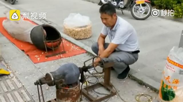 河池男子街头卖老式爆米花 生意火爆日赚千元(视频)