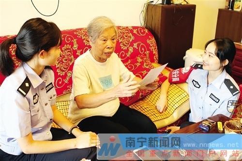 看着老照片,84岁高龄的颜宇群给年轻民警讲述当年的警察故事
