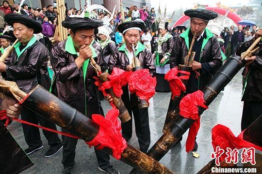 当地少数民族群众吹芦笙庆祝。中新社记者 黄艳梅 摄