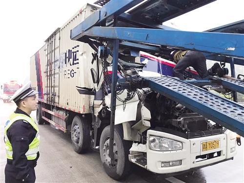 追尾的快递运输车车头损毁严重(高速交警供图)
