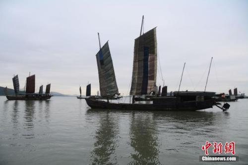 资料图:苏州光福镇太湖渔港村太湖岸边,一艘艘渔船沐浴着朝阳驶向湖心。 周古凯 摄