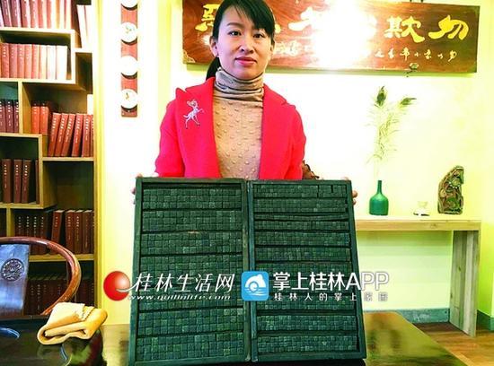 吴女士和她收藏的活字字模。