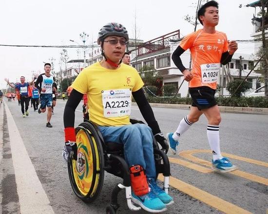本届桂马中一支轮椅队伍格外引人瞩目,他们感动了很多人。记者何平江 摄