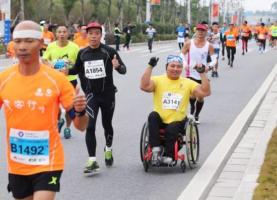 轮椅选手与大家一起上赛道。记者李凯 摄