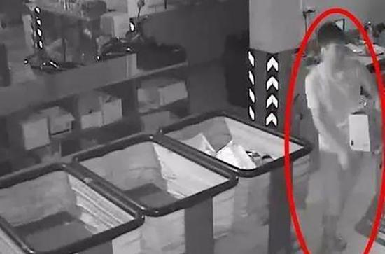 快递员将存放在杂货房的包裹顺走 监控视频截图