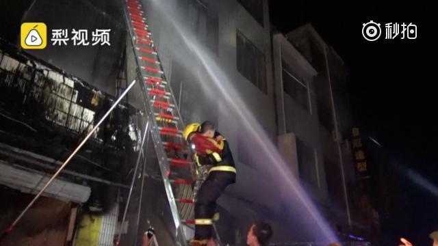 南宁:一民房煤气罐炸裂楼梯 3儿童1老人困三楼