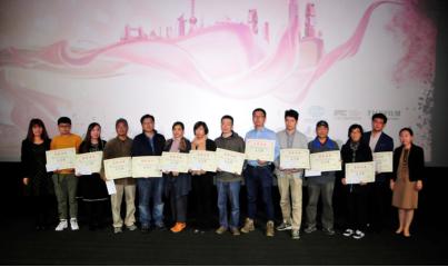 东方网海外交流中心主任赵小磊、富士胶片(中国)对外事务总监巫蔚薇颁发人气奖