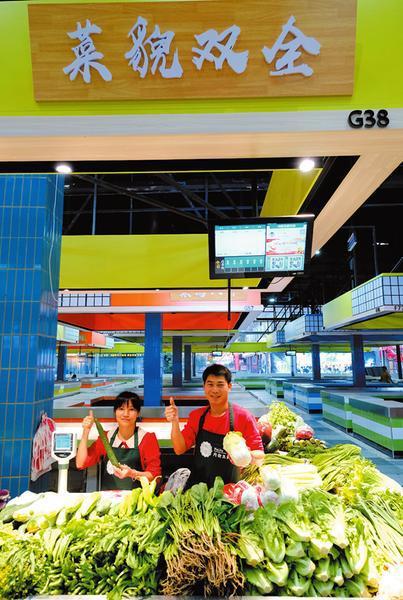 经营蔬菜摊的是一对年轻夫妻 本报记者宋延康摄