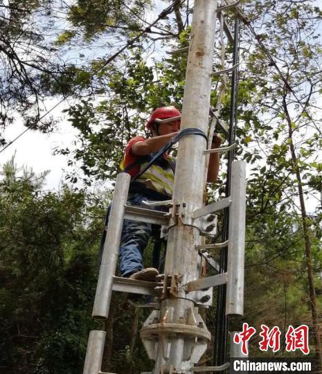 移动建设人员在凭祥一边境山头安装网络设备 雷明杰 摄