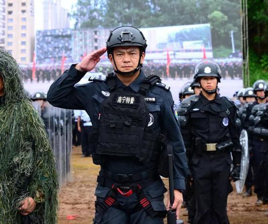 ↑曾浩(前右)在广西公安大练兵现场。
