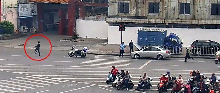 柳州男子驾违法车两次冲卡逃检查 车上携带管制刀具