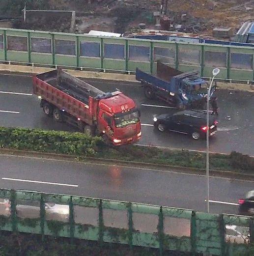 阴雨天小心!大货车在南宁北湖立交侧滑撞向小汽车