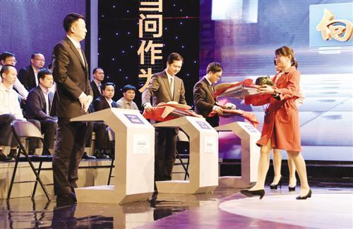 """《电视问政》节目现场向领导们送上特殊礼物——""""下乡三件套"""""""