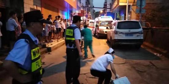 广西街头一男子持水果刀狂捅自己 接下来的事更可怕