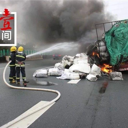桂柳高速货车突然起火 司机看到了烟却不敢立即停车
