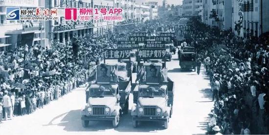 """1969年柳州生产的10辆""""柳江""""牌汽车开赴南宁为国庆20周年献礼"""