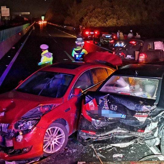 广西高速上八车连撞 现场一片狼藉 伤者包括1名孕妇