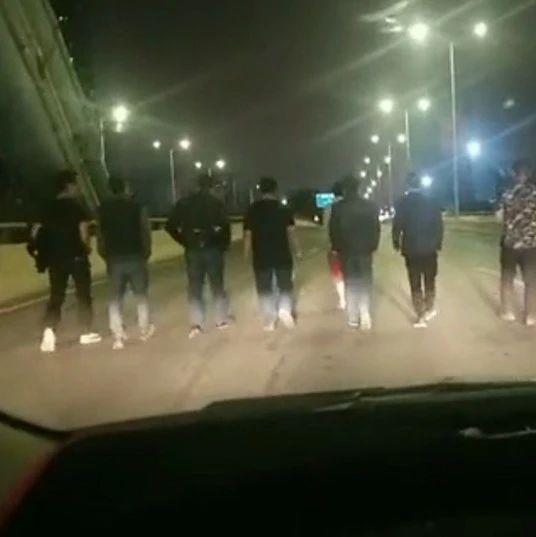 邕十几人并排压马路堵桥事件后续:多个单位及责任人被处罚