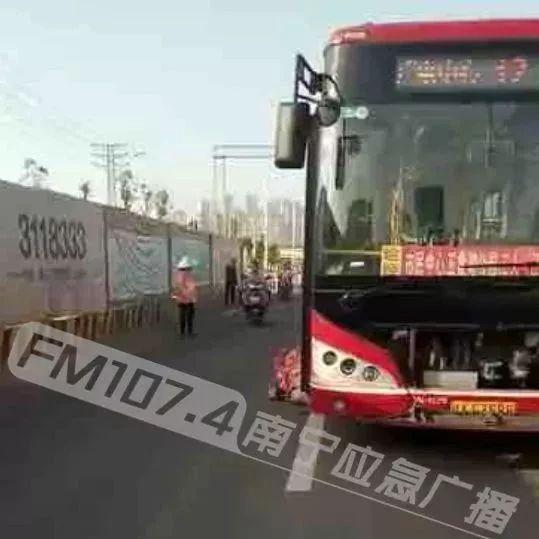 可怜!南宁一公交车撞倒环卫工 伤者经抢救无效死亡