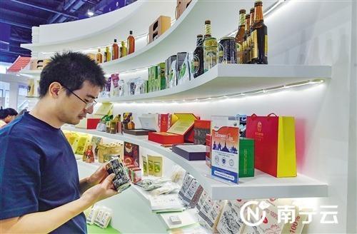 老挝占巴塞省展厅的农产品引人注目。记者潘浩 摄