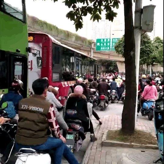 """南宁一车主与公车司机上演""""怒火街头"""" 致严重拥堵"""