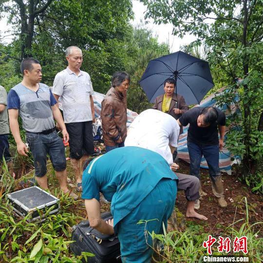 救援队伍到达龙水镇长井村委八亩田村现场施救受伤人员 马德友 摄