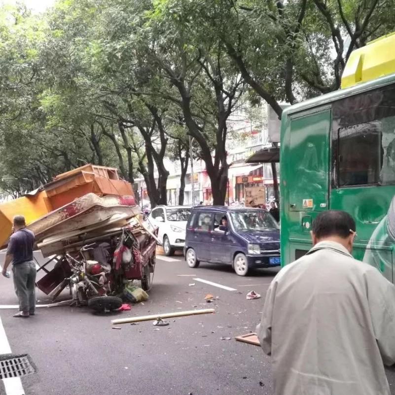 心惊肉跳!梧州一辆三轮车超载 刹车失灵撞上公交车