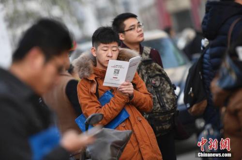 资料图:考前争分夺秒复习的考生们。中新社记者 韦亮 摄