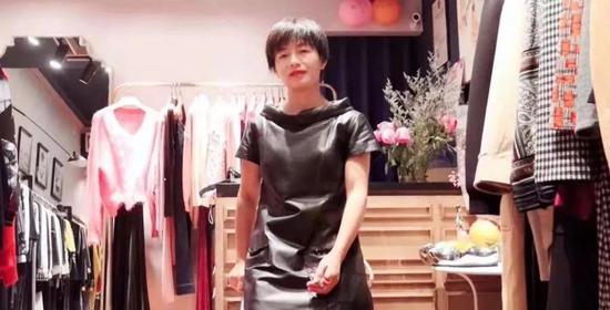 ▲2018年,表姑杨冰(化名)在她装修的店里。受访者供图
