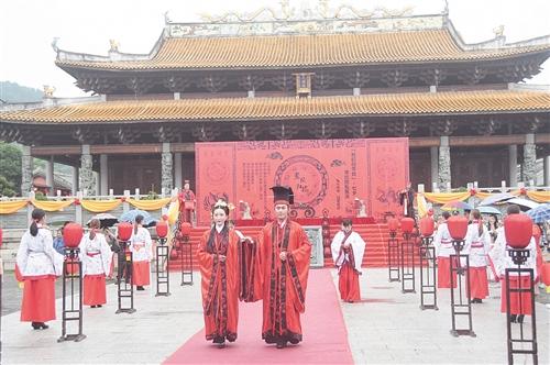 南宁:七夕汉式婚礼展演古香古色 吸引了众人围观