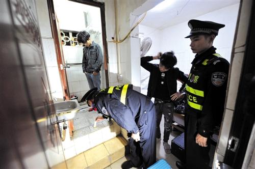 民警对宾馆旅社入住人员进行检查 本报记者 宋延康 摄