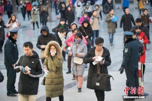 资料图:考生排队准备进入考场。中新社记者 武俊杰 摄