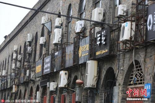 资料图:襄阳古城墙上挂满了空调外机。图片来源:东方IC