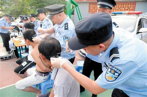 民警对涉毒嫌疑人进行尿检和毛发检测