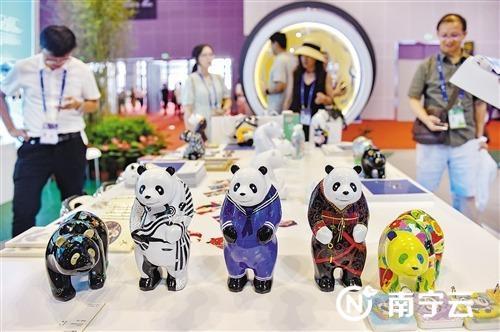 """在""""魅力之城""""成都展厅,熊猫主题的文创展品独具特色。记者 潘浩 摄"""