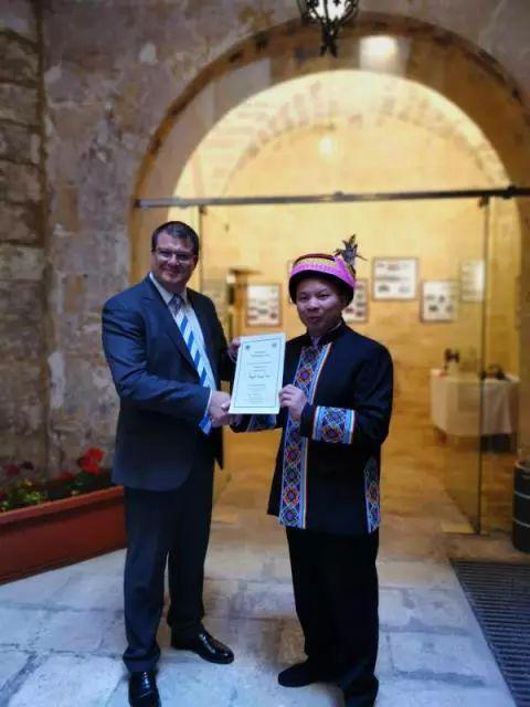 上林县县长蓝宗耿(右)前往马耳他领取相关证书。