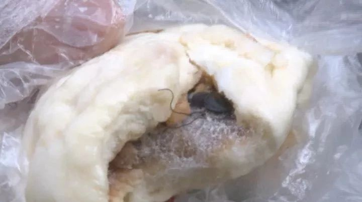 恶心!南宁男买包子吃出熟蟑螂 店家:十倍赔偿20元