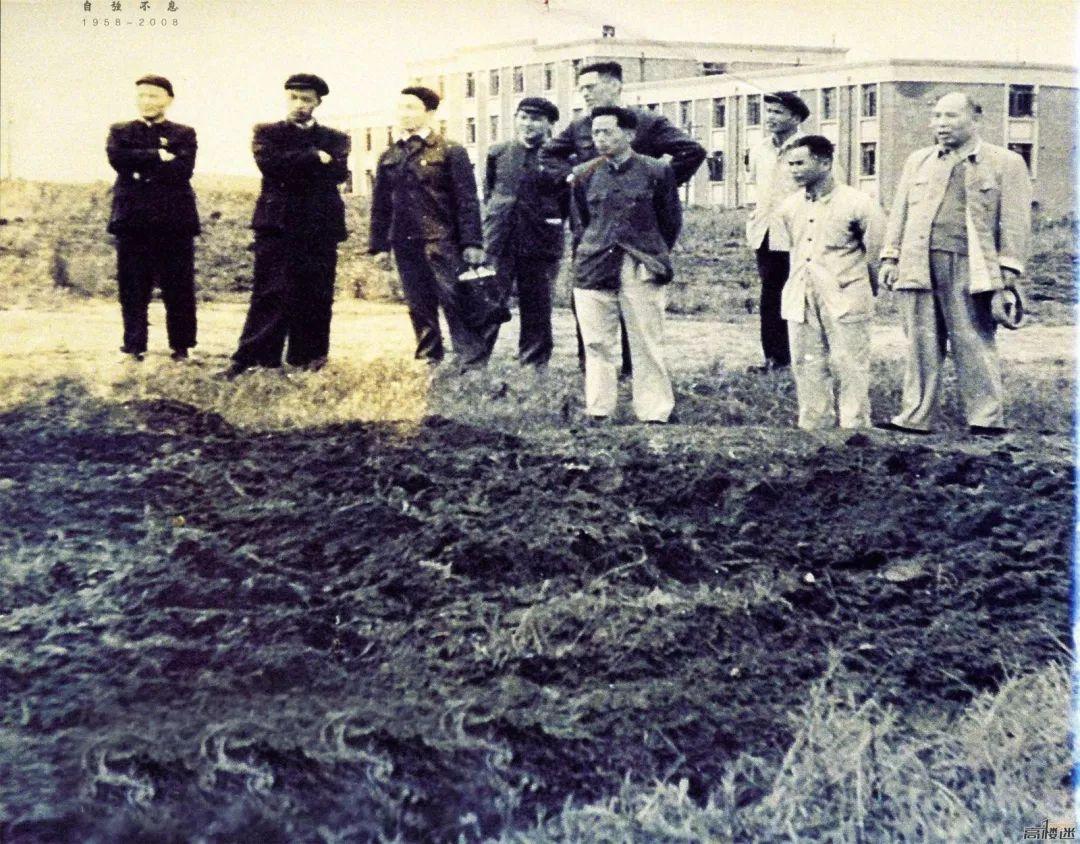 柳拖建厂初期,工厂领导和五公司工程技术人员商讨工厂基建情况