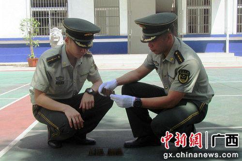 民警对收缴的子弹进行清点。