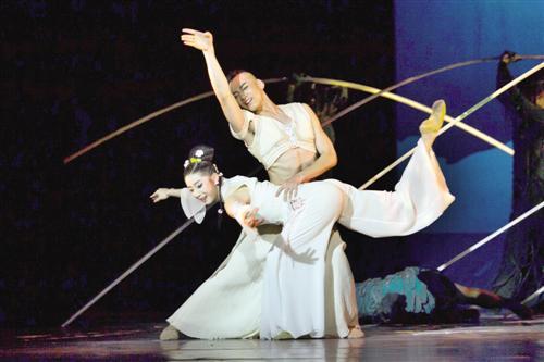 """12月9日晚,第十一届中国舞蹈""""荷花奖""""舞剧评奖最后一场展演在上海国际舞蹈中心举行,向当地观众展现了一段富有壮乡特色的动人故事。(南宁市艺术剧院公司供图)"""
