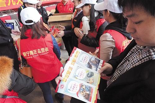 旅客认真阅读安全宣传小册子,学习防范知识 本报记者 程勇可 摄