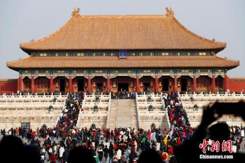 2月5日农历正月初一,北京故宫博物院人头攒动,大批市民进宫过大年。中新社记者 富田 摄