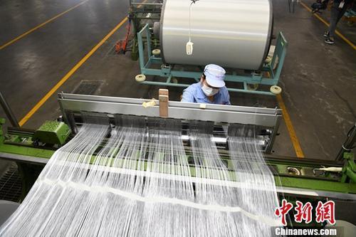 资料图:玻璃纤维生产厂。中新社记者 张浪 摄