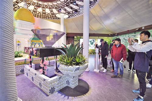 东盟十国园林园艺和特色文化展在南宁园博园中国—东盟友谊馆火热开展,展现东盟国家的园林园艺和特色文化。图为游人在文莱馆参观。见习记者胡雁摄