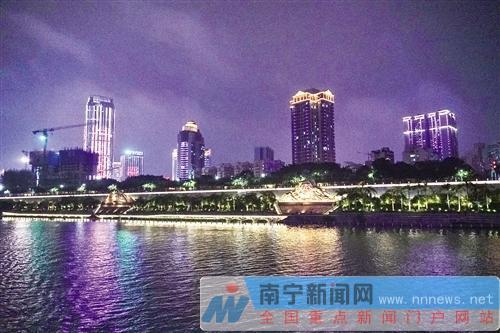 """15日晚,""""壮美广西行""""大型采访活动中央媒体采访团首站在南宁体验夜游邕江。"""