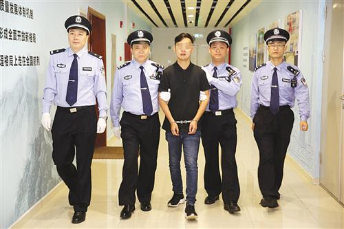 走私团伙成员董某被押解回国 本报通讯员 吴海远 摄