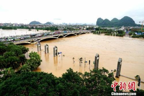 图为桂林解放桥滨江路,一片汪 洋。 唐梦宪 摄