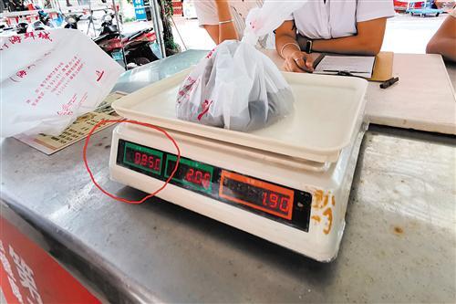 """太坑了!花105元买1.6斤虾竟被""""吃秤""""半斤多"""