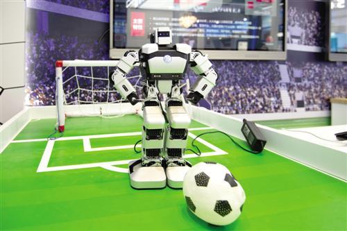在先进技术展示区将展示高科技产品。图为华为技术有限公司展示的踢球机器人。 黄维业 摄
