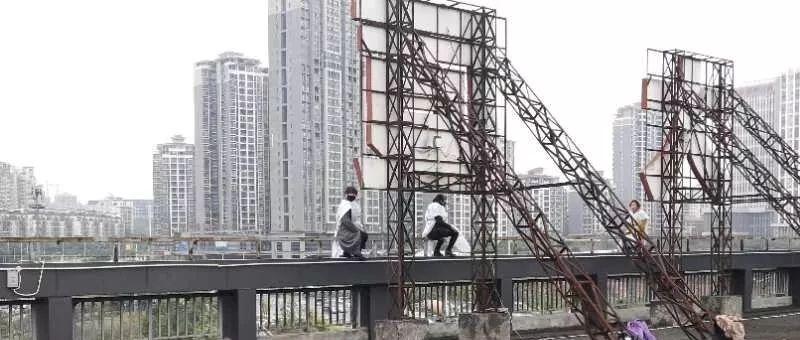 南宁:寒风中三女子跑楼顶坐一夜 民警通宵守护劝下
